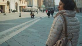 Kvinnan går på den Cavour fyrkanten i Rimini stock video