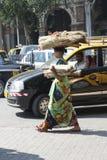 Kvinnan går på gatan india mumbai Royaltyfria Foton