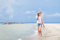 Kvinnan går runt om havet arkivbild