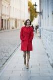 Kvinnan går vid gatan i gammal stad Arkivfoton
