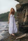 Kvinnan går vidare kusten fotografering för bildbyråer