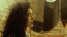 Kvinnan går vidare upp speglar tätt arkivfilmer