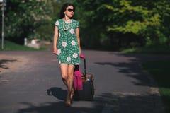 Kvinnan går vidare vägen royaltyfri fotografi
