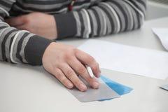 Kvinnan gör översikten fotografering för bildbyråer