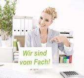 Kvinnan gör advertizing på kontoret Royaltyfria Foton