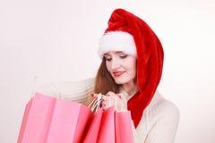 Kvinnan gör att shoppa för jul Arkivbild