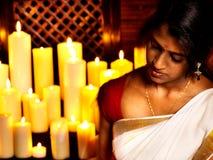 Kvinnan gör Ayurvedic brunnsortbehandling. Fotografering för Bildbyråer