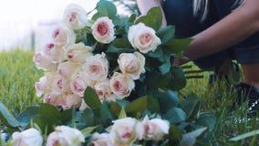 Kvinnan gör en bukett i rosen att arbeta i trädgården lager videofilmer