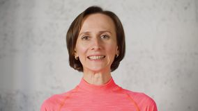 Kvinnan gör flyttande kanter för ansikts- gymnastik säger z- och nolla-bokstäver som visar tänder arkivfilmer
