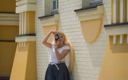 Kvinnan gör fotoet på gammal kamera Royaltyfria Foton