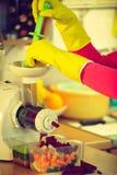 Kvinnan gör grönsakfruktsaft i juicermaskin Arkivfoton