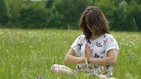 Kvinnan gör namaste med tre som tacksamhet flyttar, till lärare till själven, till liv arkivfilmer
