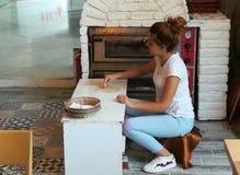 Kvinnan gör pitabröd Royaltyfri Bild