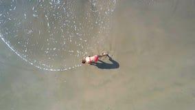 Kvinnan gör sportövningar på kustlinjen övresikt stock video