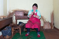 Kvinnan gör vassmöblemang i en fläta fabrik på madeiran, Portugal Arkivfoto