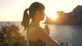 Kvinnan gör yoga på solnedgången stock video