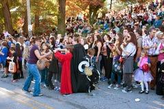 Kvinnan ger godisen på Halloween ståtar ut royaltyfri bild