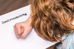 Kvinnan ger upp affär och mappar för konkurs med papper på som det tyska ordet för konkursbegäranställningar arkivbilder