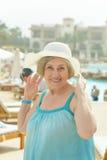 Kvinnan gick till en semesterortsemester Royaltyfria Bilder