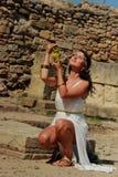 Kvinnan gillar en gudinna arkivfoton