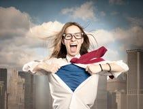 Kvinnan gillar en superhero Arkivfoton