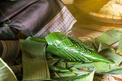Kvinnan gjorde ris som erbjuder, tradition av Thailand Royaltyfri Fotografi