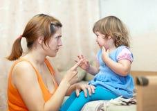 Kvinnan grälar på det skriande barnet Arkivfoton