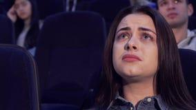 Kvinnan håller ögonen på drama på filmbiografen stock video