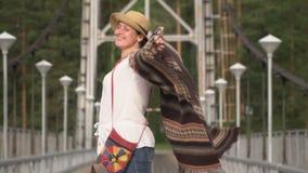 Kvinnan handelsresanden går vidare denblivna bron till och med bergfloden lager videofilmer