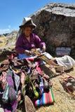 Kvinnan handlar traditionella souvenir i Chinchero, Peru Royaltyfria Foton