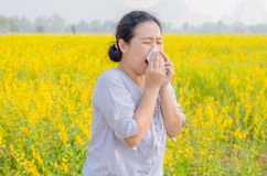 Kvinnan har allergi på blommafältet fotografering för bildbyråer