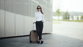Kvinnan har en appell med hennes bagage på flygplatsen stock video