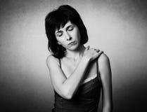 Kvinnan har en hals att smärta arkivfoton