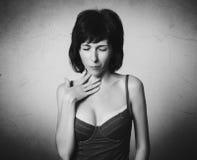 Kvinnan har halsen att smärta fotografering för bildbyråer