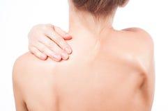 Kvinnan har halsen att smärta Nakenstudie knuffar flickan från baksidan Arkivbild