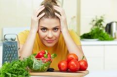 Kvinnan har problem i kök Arkivfoton