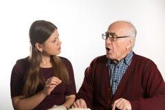 Kvinnan hjälper den höga mannen royaltyfri bild
