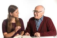 Kvinnan hjälper den höga mannen arkivbild