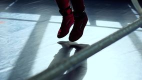 Kvinnan hoppar med hopprepet på boxningsringen lager videofilmer