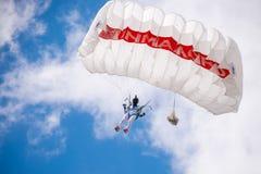 Kvinnan hoppar med paraglide royaltyfria foton
