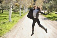 Kvinnan hoppar på vägen Fotografering för Bildbyråer