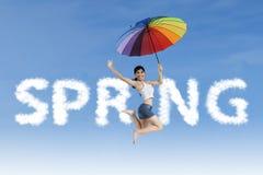 Kvinnan hoppar på våren ord Royaltyfri Fotografi