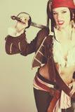 Kvinnan i allhelgonaafton piratkopierar dräkten Royaltyfri Fotografi