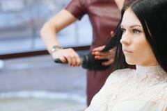 Kvinnan i barberare shoppar Arkivbild