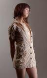 Kvinnan i beige klänning med snör åt royaltyfri bild