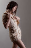 Kvinnan i beige klänning med snör åt arkivfoto