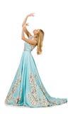 Kvinnan i blå lång klänning med blomman skrivar ut Fotografering för Bildbyråer
