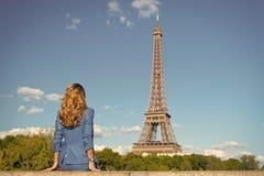 Kvinnan i blått klär blick på Eiffeltorn i paris, Frankrike, mode Kvinna med långt hår, frisyr, bakre sikt, skönhet arkivbild