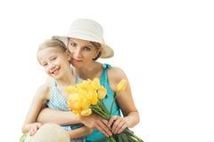 Kvinnan i den blåa klänningen med hennes dotter som isoleras på en vit bakgrund Royaltyfri Bild