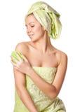 Kvinnan i en handduk masserar borstar royaltyfria foton